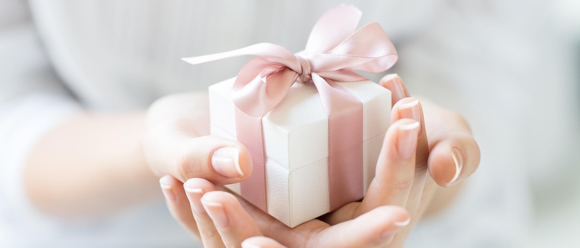 Immer eine gute Idee: Geschenkgutscheine für verschiedene Leistungen im Privathotel Lindtner in Hamburg.